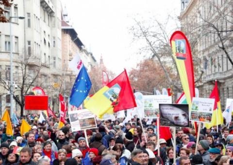 """Тисячі угорців протестували проти нового """"рабського закону"""""""