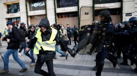 Франція: поліція застосувала водомет у Парижі, по всій країні - 700 затриманих