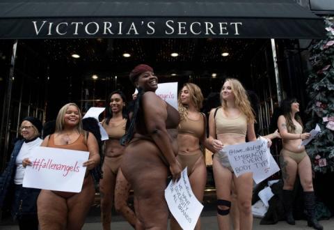 У Лондоні жінки у білизні влаштували акцію проти бренду Victoria's Secret