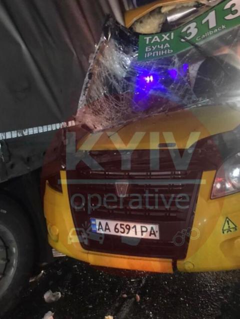 Під Києвом маршрутка з пасажирами зіткнулась із вантажівкою, є постраждалі і загиблий