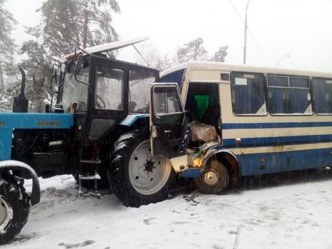 Під Києвом автобус з пасажирами врізався в трактор