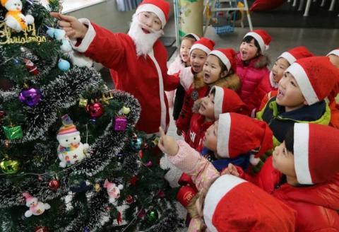 У китайському місті заборонили ялинки та Санта Клаусів