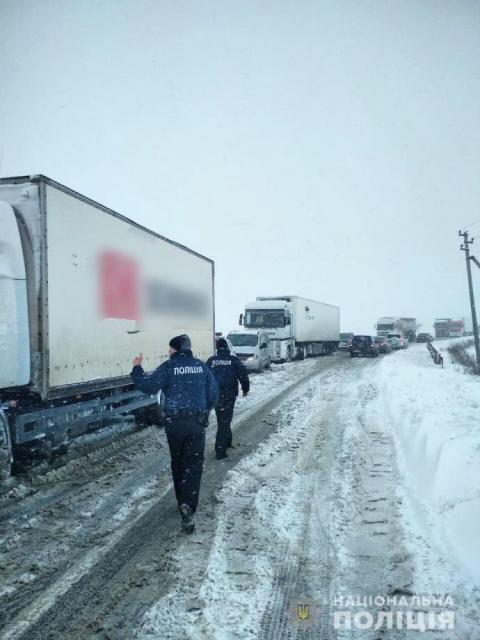 Негода на дорогах: де в Україні ускладнено рух транспорту