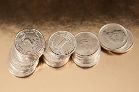 Долар та євро стрімко втрачають у вартості