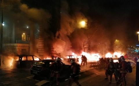 У Парижі під редакцією відомої газети згоріли декілька автомобілів