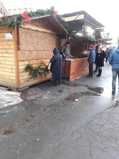 Новорічна щедрість: У Житомирі продавець шашликів безкоштовно дав м'яса старенькій бабусі