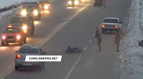 На Дніпропетровщині водій побив пішоходів, які переходили дорогу у недозволеному місці