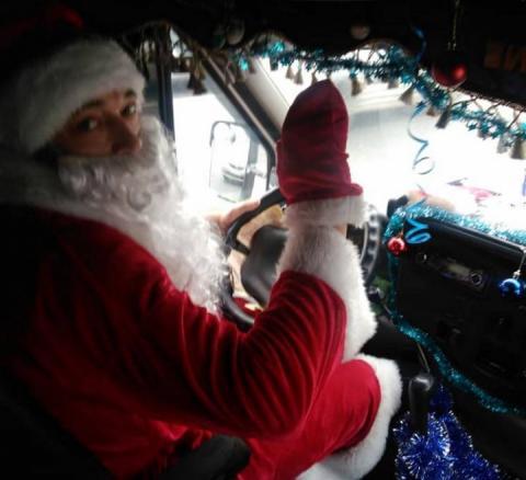 Новорічна маршрутка: У Дніпрі водій перевдягнувся Дідом Морозом