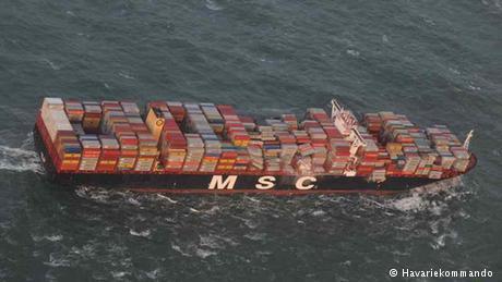 Голландські військові приєдналися до розчищення узбережжя від товарів, які змило в море