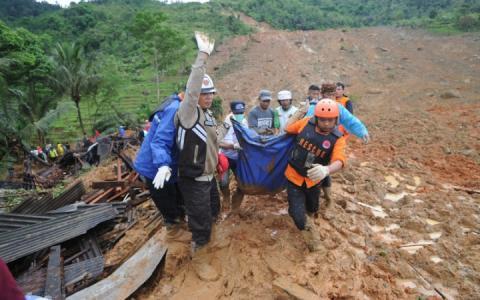 У Індонезії зсув ґрунту спричинив щонайменше 15 смертей