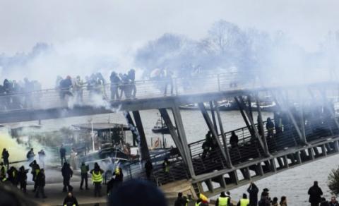 """Заворушення у Парижі: """"жовті жилети"""" атакували офіс речника уряду"""