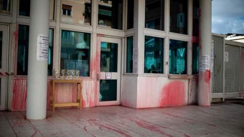 Проти «американського імперіалізму»: у Греції анархісти облили червоною фарбою посольство США