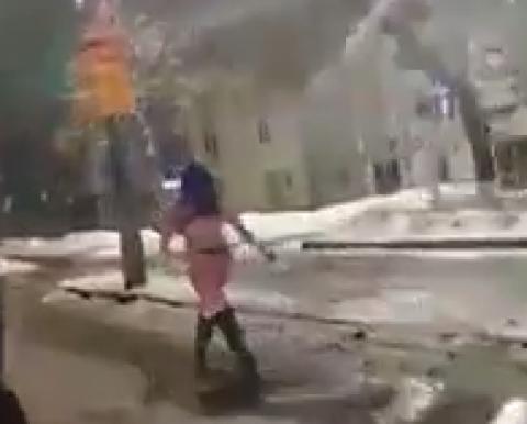 У поліції розповіли, що сталося із дівчиною, яка ходила голою біля мерії Кропивницького