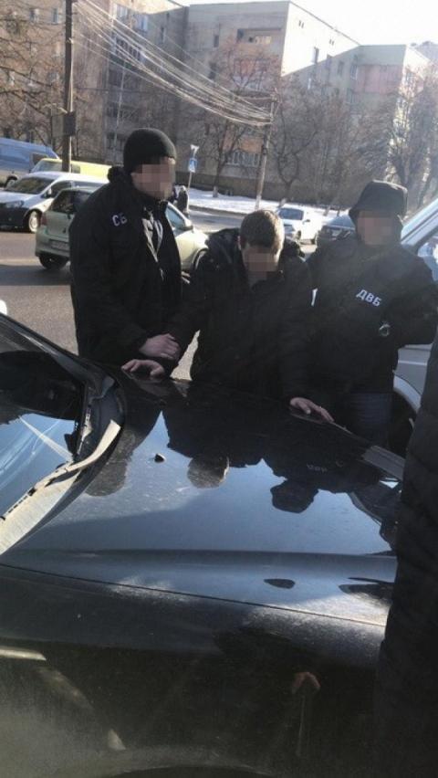 СБУ викрила поліцейських-хабарників, які погрожували чоловікові «повісити» на нього крадіжку