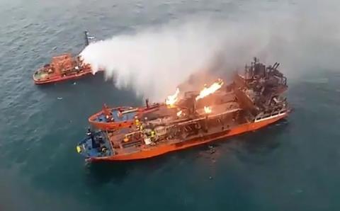 На танкерах у Чорному морі досі не можуть загасити пожежу