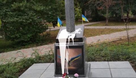 Відлуння «русского мира»: у Скадовську вандали залили фарбою пам'ятник загиблим Героям України