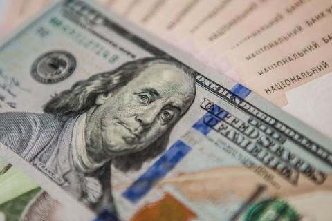На закритті міжбанку гривня майже не змінилась щодо долара