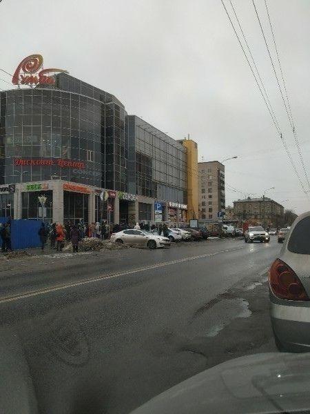 """У Москві та Петербурзі через загрозу вибуху евакуювали кілька ТЦ. Погрожував """"Путін"""""""