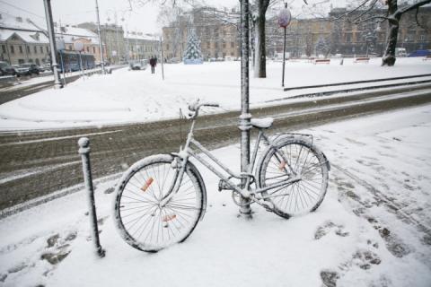 До Польщі повернулася зима: штормове попередження у більшості регіонів країни