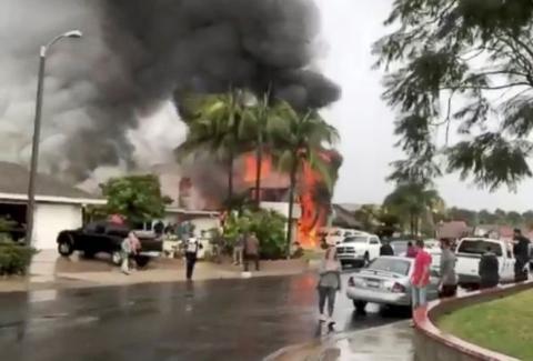 У Каліфорнії загинули 5 людей, коли маленький літак впав на житловий будинок