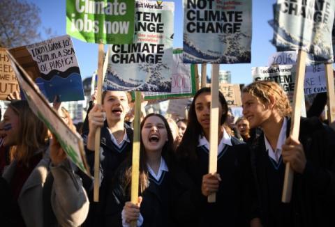Тисячі школярів по всій Британії вийшли на кліматичні акції протесту