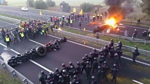 Підпалені шини і заблоковані магістралі: сепаратисти Каталонії проводять загальний страйк