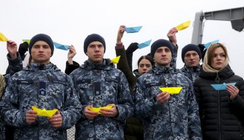 На фрегаті «Гетьман Сагайдачний» Марина Порошенко і українські студенти провели акцію на підтримку військовополонених моряків