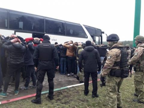 """Біля Одеси поліція затримала автобуси з озброєними """"тітушками"""""""