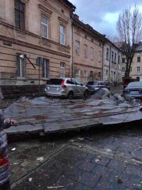 У Львові вітром зірвало дах будинку, ДСНС попереджає про буревії