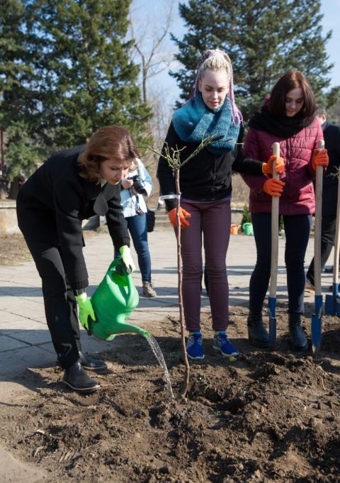 Марина Порошенко разом зі студентами Запоріжжя висадили трояндову алею на території майбутнього Реабілітаційного парку, дружнього до людей зінвалідністю