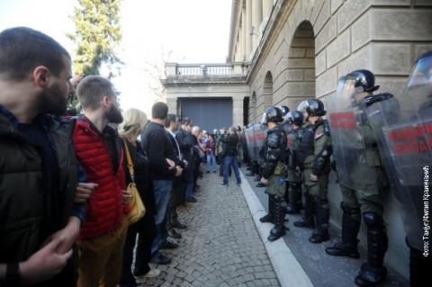 Протестувальники заблокували адміністрацію президента Сербії