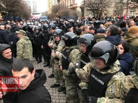 """""""Нацкорпус"""" знову побився з поліцією на мітингу Порошенка"""