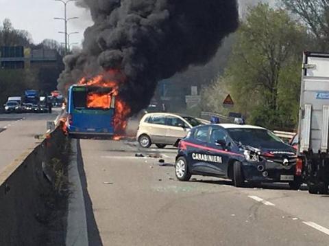 Поблизу Мілана водій підпалив на дорозі шкільний автобус, яким кермував