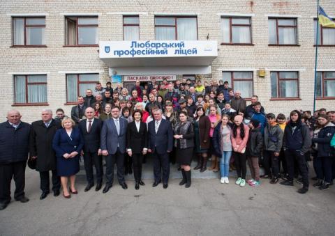У Житомирі Марина Порошенко разом із донькою Євгенією взяли участь у флешмобі Lots of Socks до Міжнародного дня людей з синдромом Дауна