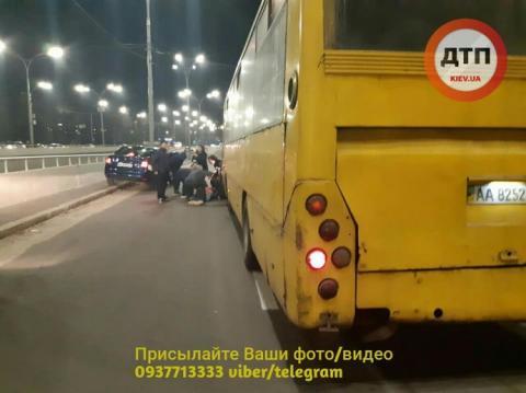 У Києві маршрутка збила трьох людей на пішоходному переході
