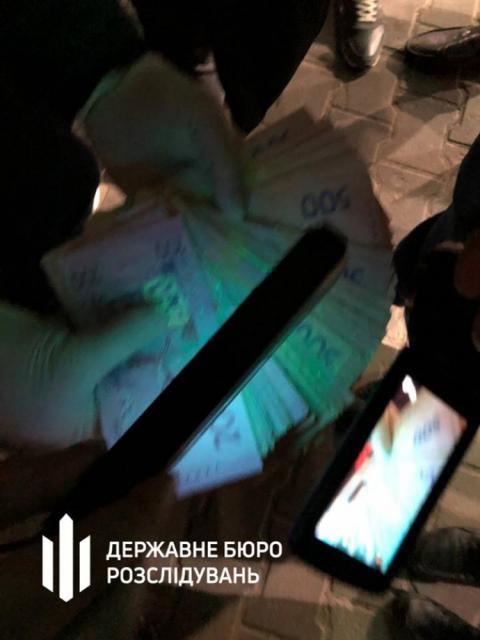 ДБР затримало двох фіскалів-хабарників з Одещини