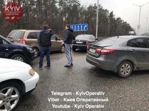 Під Києвом зіткнулися майже 10 автівок