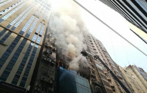 Пожежа охопила хмарочос у столиці Бангладеш – люди стрибали з вікон
