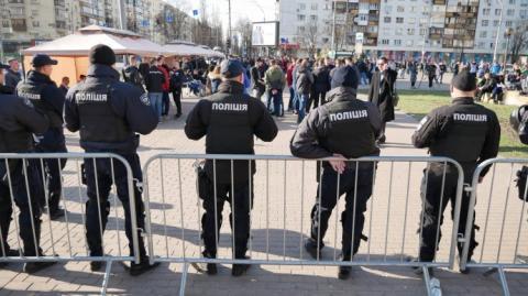 """Під ЦВК побільшало молодиків, які гуртуються біля наметів """"приймальня нардепа"""""""