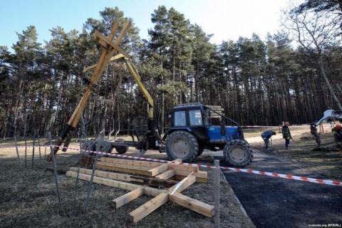 У Білорусі знесли хрести пам'яті жертв репресій і затримали активістів