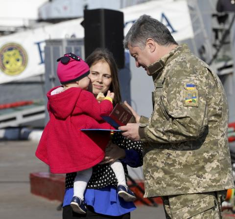 Президент у Одесі вручив нагороди українських моряків, які перебувають в полоні Росії, їх рідним