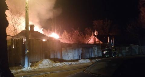 У Києві масштабна пожежа у приватному секторі, горить кілька будинків