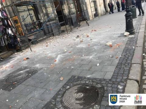 У центрі Львова з будинку обсипалася цегла