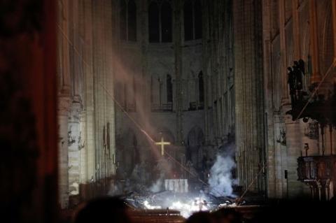 З палаючого Собору Паризької Богоматері вдалося врятувати частину святинь