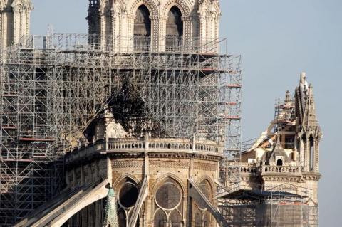 Пожежа у Нотр-Дамі: є загроза обвалення трьох елементів собору