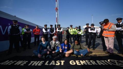 Протести в Лондоні: активісти спробували заблокувати Хітроу, вже 500 затриманих