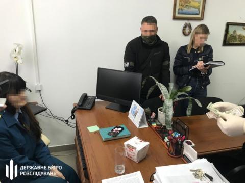 Посадовців Житомирської митниці викрили на хабарі