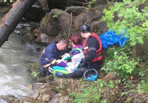 Вантажівка з туристами зірвалась у річку в Карпатах, троє загиблих