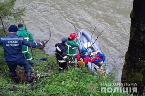 Водій вантажівки з туристами, що зірвалась у річку в Карпатах, був напідпитку – поліція