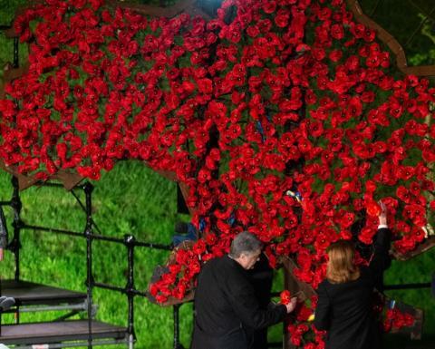 Президент України у День пам'яті та примирення взяв участь в акції «Перша хвилина миру»
